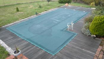 bache piscine feuille
