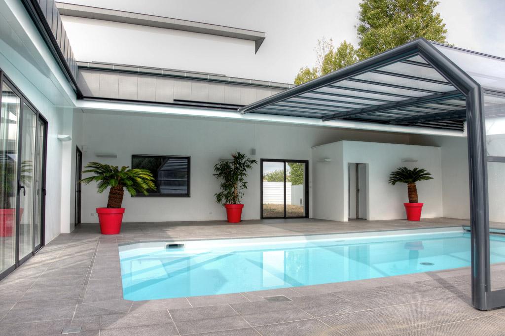 abri piscine contre mur